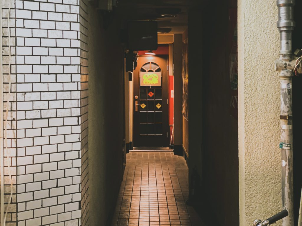 バーの入口