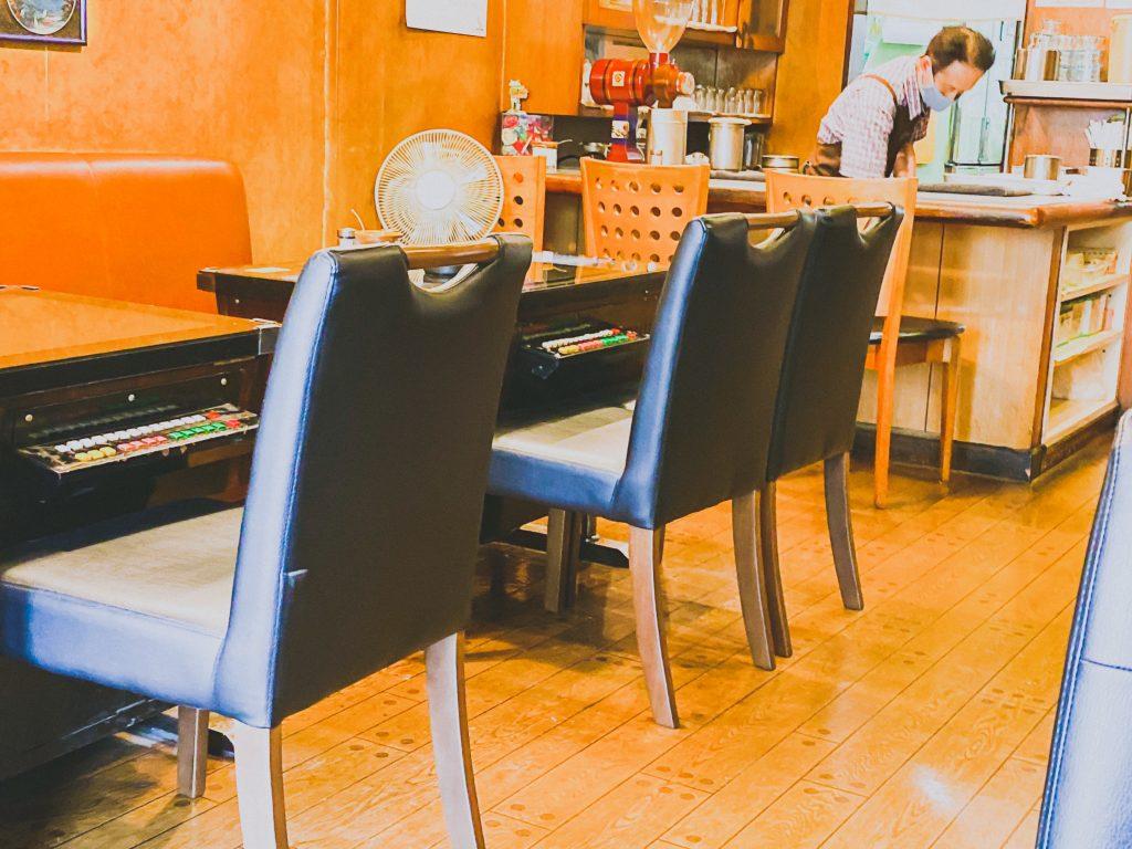 アーケードゲーム付きのテーブル
